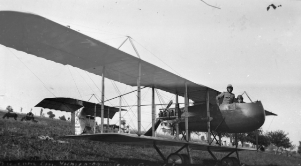 Румыния, г.Радауц, июнь 1917 года, аэродром 5-го корпусного авиационного отряда. Пилот ст.унтер офицер Семибратов, лётчик-наблюдатель авиационный фотограф А.В.Цареградский