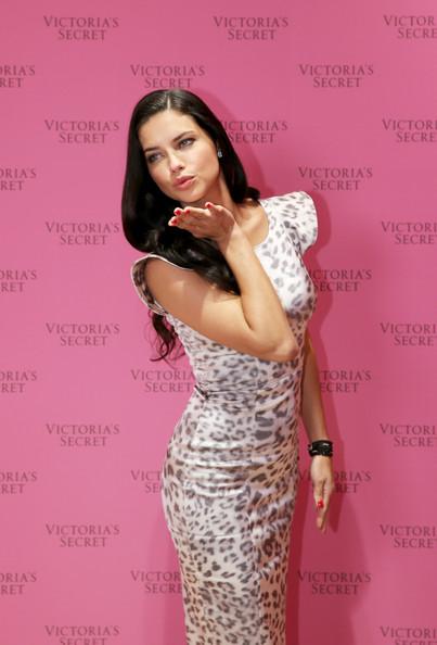 Adriana_Lima_Adriana_Lima_Showcases_Victoria_rZUJm_RQ9Stl