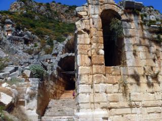 Разрушенный древний город Мира