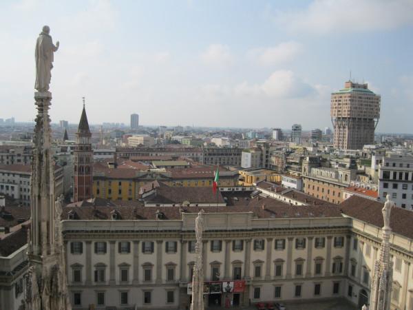 внизу Милан