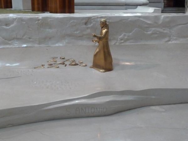 Антоний с рыбами внутри падуанского Дуомо