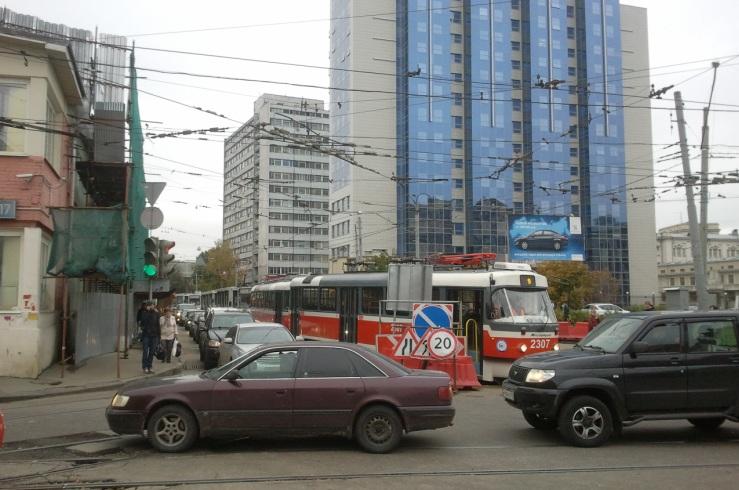 Из-за схода трамвая с рельс вокруг здания СК РФ моментально образовалась пробка