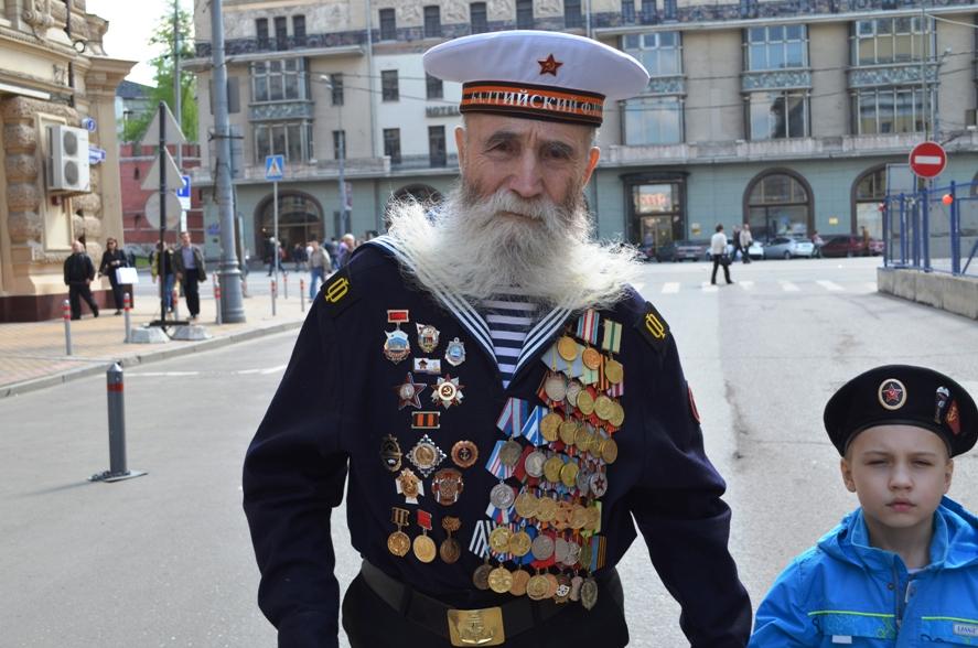 Гвардии краснофлотец Георгий Артемьевич Широков с правнуком
