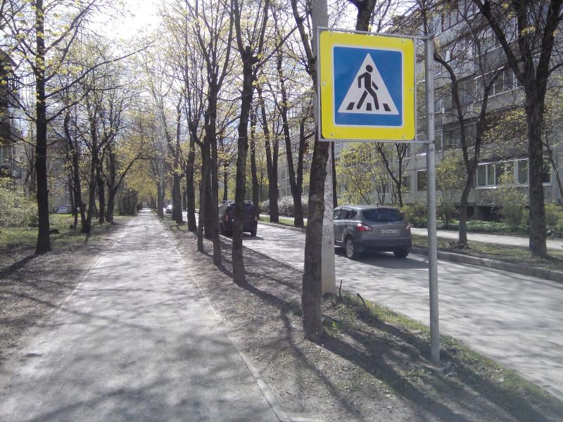 обычная дорога внутри спального района.