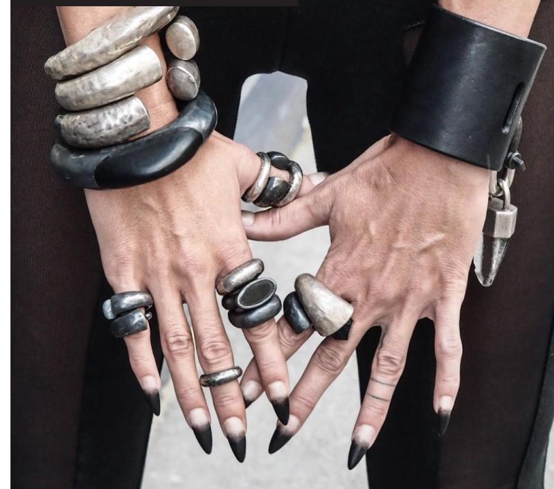 Тяжелое серебро и агрессивная окраска ногтей - стиль выдержан!
