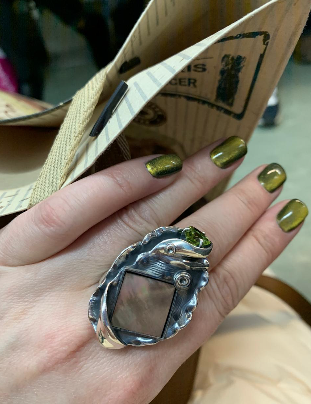 """Кольцо из коллекции """"Liberi"""" от """" SUNLIGHT"""" с зеленым хризолитом очень красиво смотрится с ярким цветом ногтей!"""
