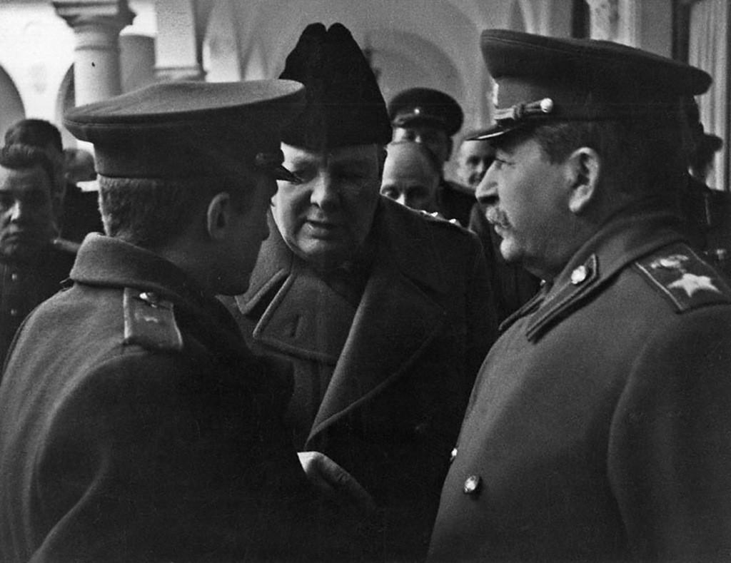 Сталин и Черчилль разговаривают на встрече союзников в Ялте, 1945 г.