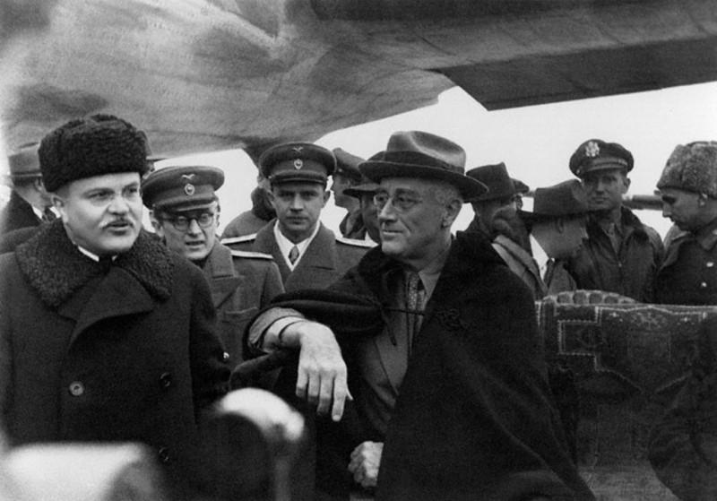Павлов (второй слева) переводит разговор Молотова с Рузвельтом, который прилетел на конференцию в Ялту