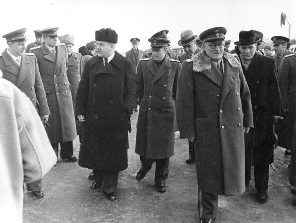 Павлов (в центре) сопровождает Молотова и Вышинского.
