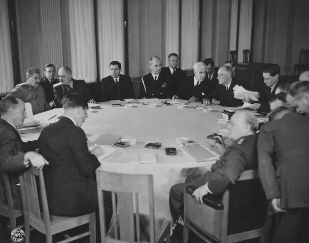 Павлов на заднем плане между Сталиным и заместителем наркома иностранных дел Майским во время заседания участников конференции союзников в Ялте.