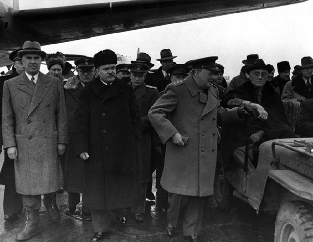 Рузвельт прибыл в аэропорт Саки во второй половине дня 3 февраля 1945 г. и задержался на двадцать минут, чтобы встретить Черчилля. Владимир Павлов в центре снимка.