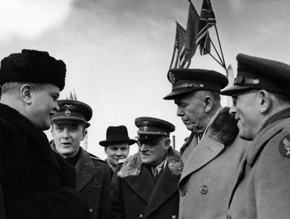 Павлов переводит разговор Молотова с американским генералом Джорджем Маршаллом (второй справа).