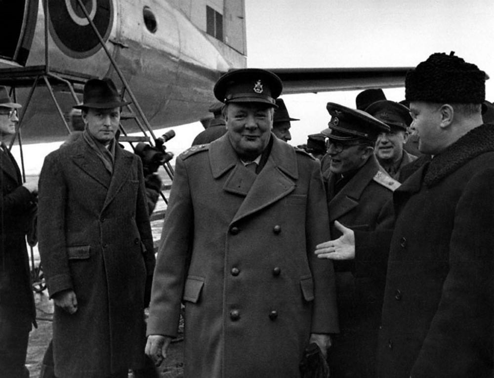 Павлов работает на встрече Черчилля в аэропорту Саки.