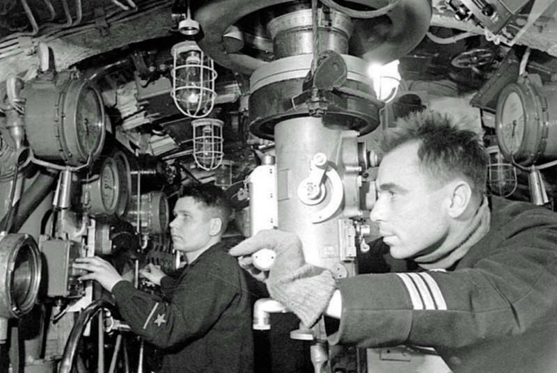 Николай Лунин у перископа подводной лодки К-21