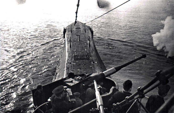 Подводная лодка К-21 ведет огонь из 100-мм артиллерийского орудия на борту