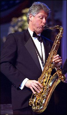 Клінтон грає на саксофоні