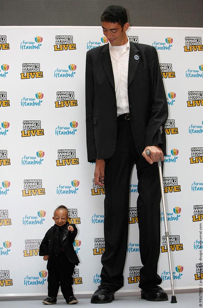 Самый высокий человек в мире встретился с самым маленьким (10 фото) .