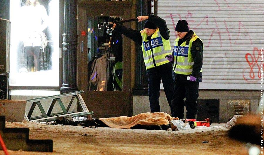 Тело погибшего при взрыве. Фото AFP Произошедшие накануне на одной из