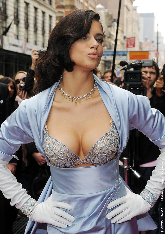 фото выпавшей груди из блузки
