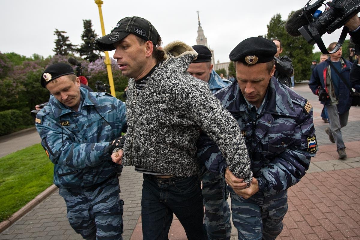 Акция гей-активистов на Воробьевых горах - уводят в спецтранспорт.