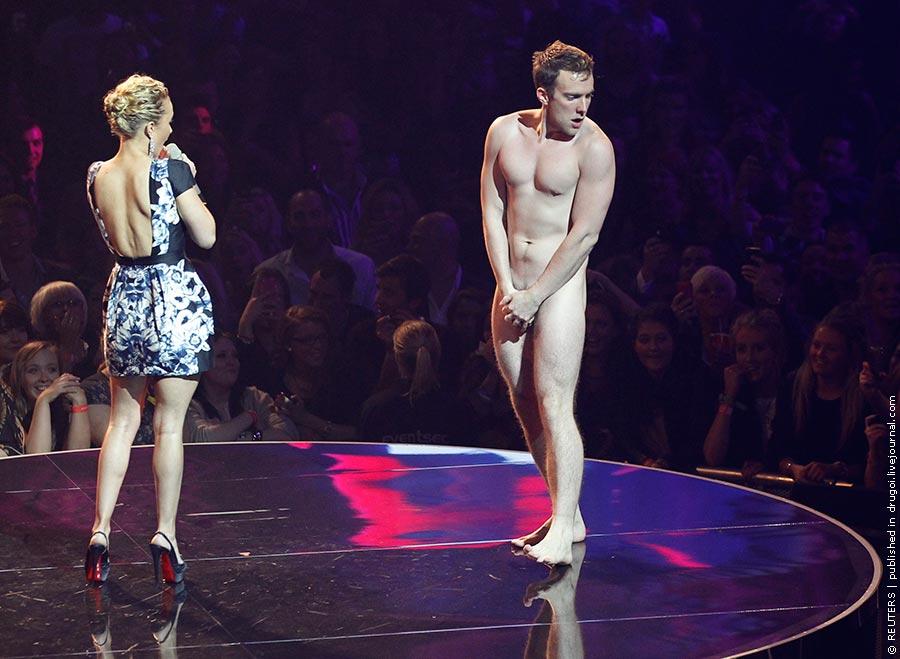Поклонник актрисы Хейден Панеттьер выскочил на сцену голышом прямо во время