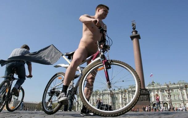 Сегодня же житель Санкт-Петербурга Роман Лутошкин в голом виде проехал несколько кварталов и прокатился по Дворцовой...