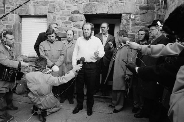 Генрих Белль стоит за А. Солженицыным, в проёме двери тринадцатого дома