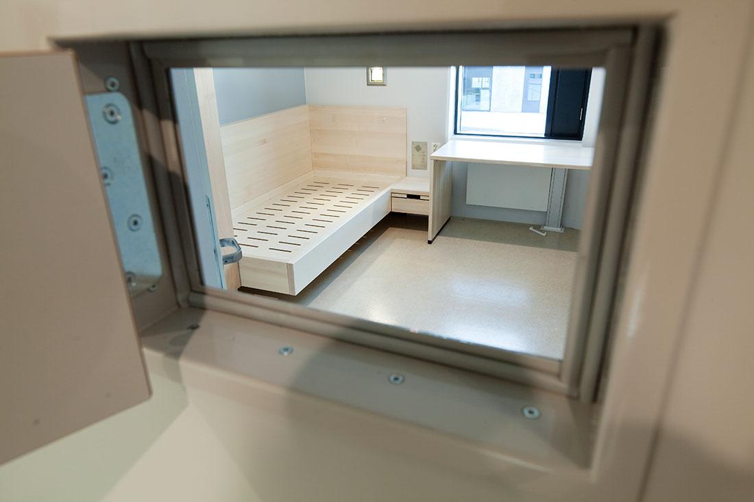 Стандартная камера для заключенных представляет собой комнату площадью...