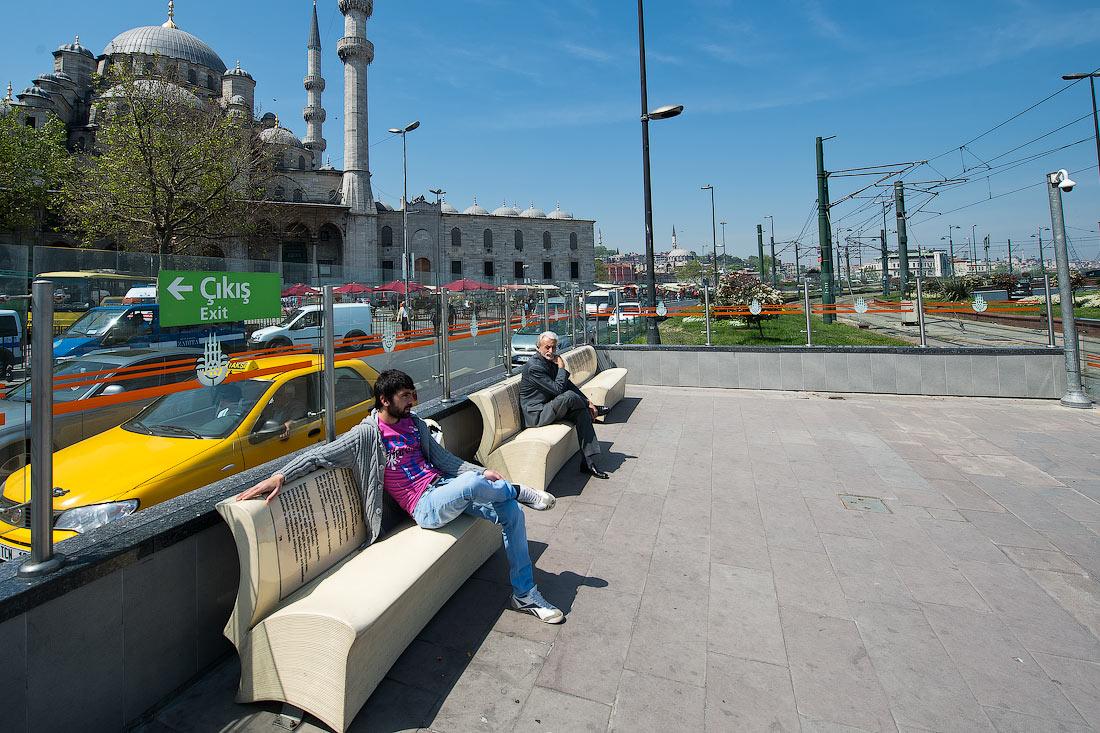Трамвай в Стамбуле начался, как и положено, с конной тяги.  В 1871 году лошадки потащили вагончики по четырем линиям...