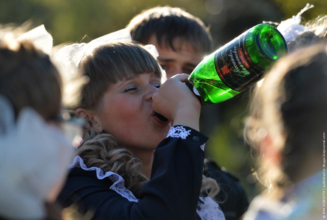 Симпатичная барышня по имени Надя решили отсосать за бутылочку пива