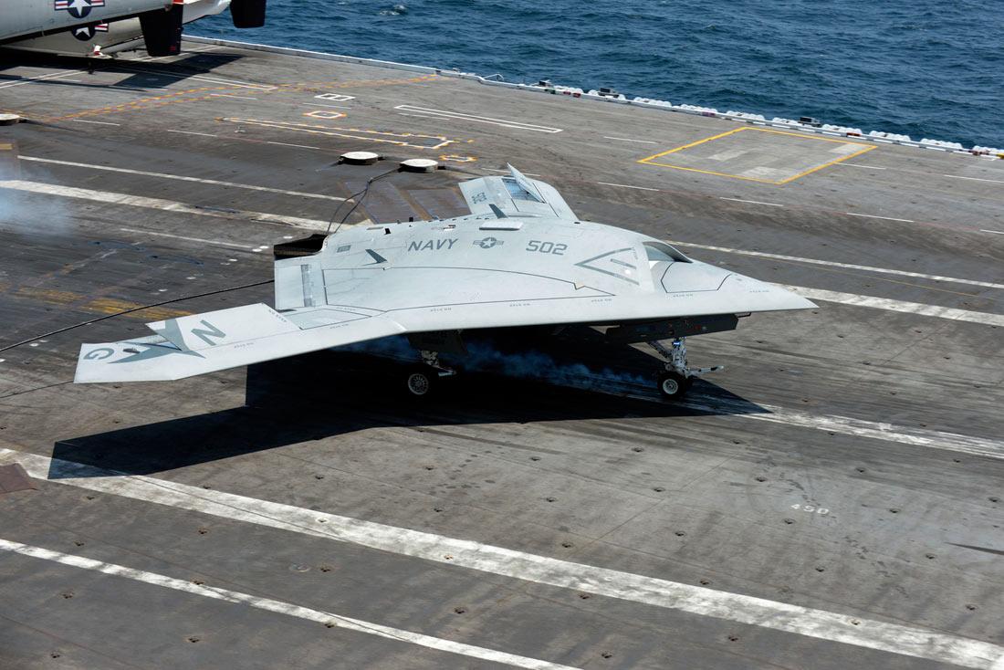 Беспилотник X-47B: первая посадка на авианосец ВИДЕО ФОТО