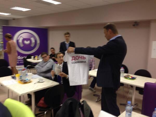 Политик Алексей Навальный дарит левичеву футболку с надписью