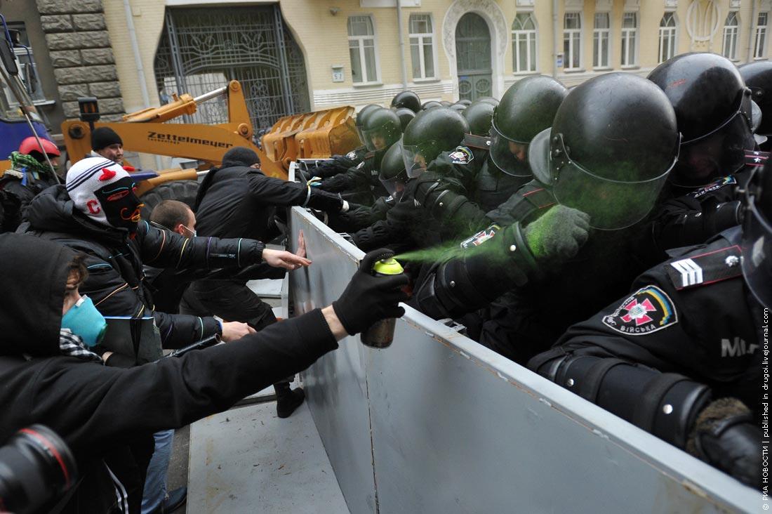 Беркут пиздит уродов на майдане смотреть онлайн