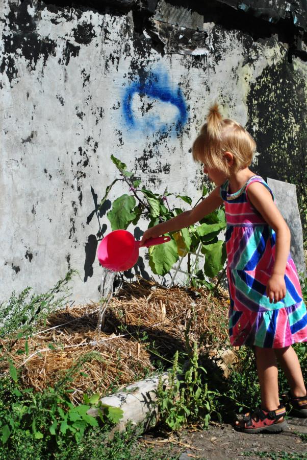 Девочка с розовым ковшиком