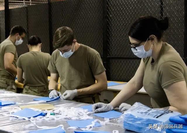 Американские солдаты производят маски