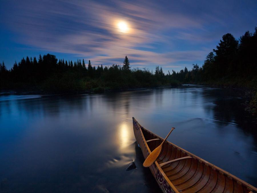 Каноэ на освещенной луной реке Аллагаш в штате Мейн