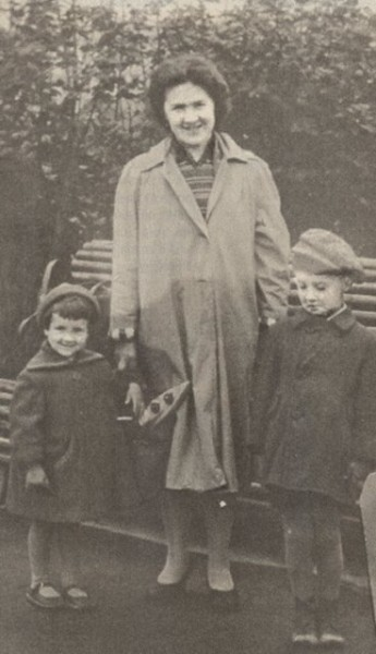 011 Юрий Шевчук с мамой и сестрой
