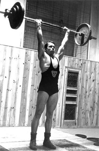 0010 В возрасте семнадцати лет я как член Атлетического союза Граца выжимал штангу весом 185 фунтов — аплодисменты публики придавали мне дополнительные силы