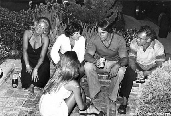 0023 В Голливуде я познакомился с разными людьми. На этом снимке вечеринка во дворе моего дома с режиссерами Романом Полански и Бобом Рейфелсоном и их подругами