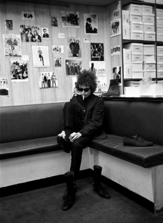 013 Боб Дилан покупает  ботинки, 1966
