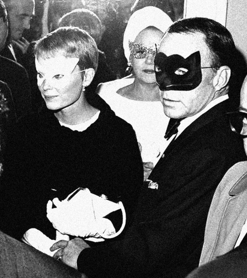 030 Молодожены Фрэнк Синатра и Миа Фэрроу в карнавал, 1966