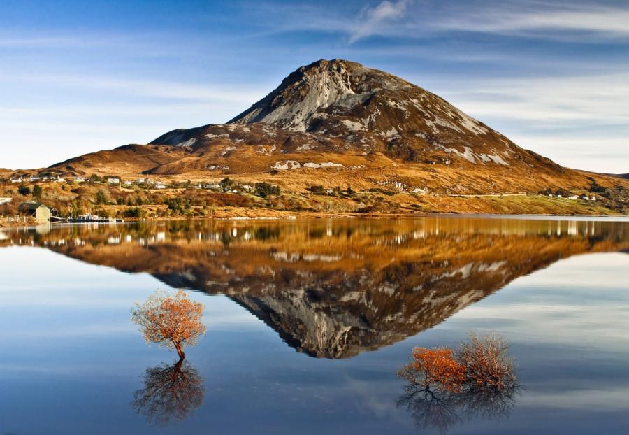отражение горы Эрригал в чистой воде озера