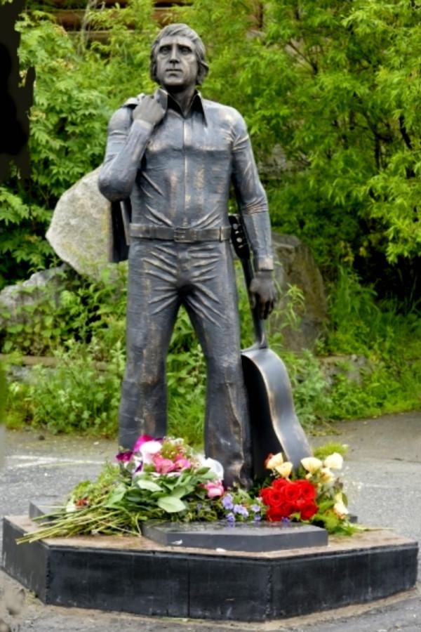 Памятник с ангелом Высоцк памятники на могилу москва