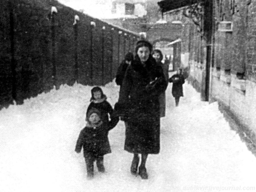 002 Нина Максимовна Высоцкая с сыном Володей. Фото января 1940 года
