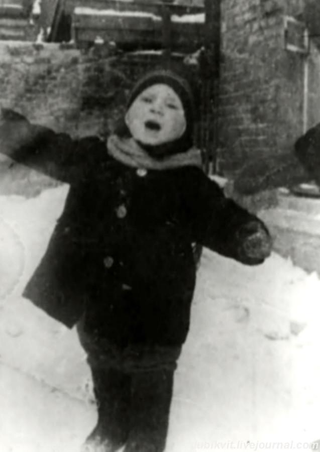 003 Володя Высоцкий во дворе дома № 126 на 1-й Мещанской в Москве. Фото января 1940-го года