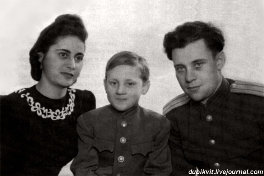 006 Евгения Степановна Лихалатова («мама Женя»), Володя и Семен Владимирович Высоцкий в г.Эберсвальде, Германия. Фото 1947 года