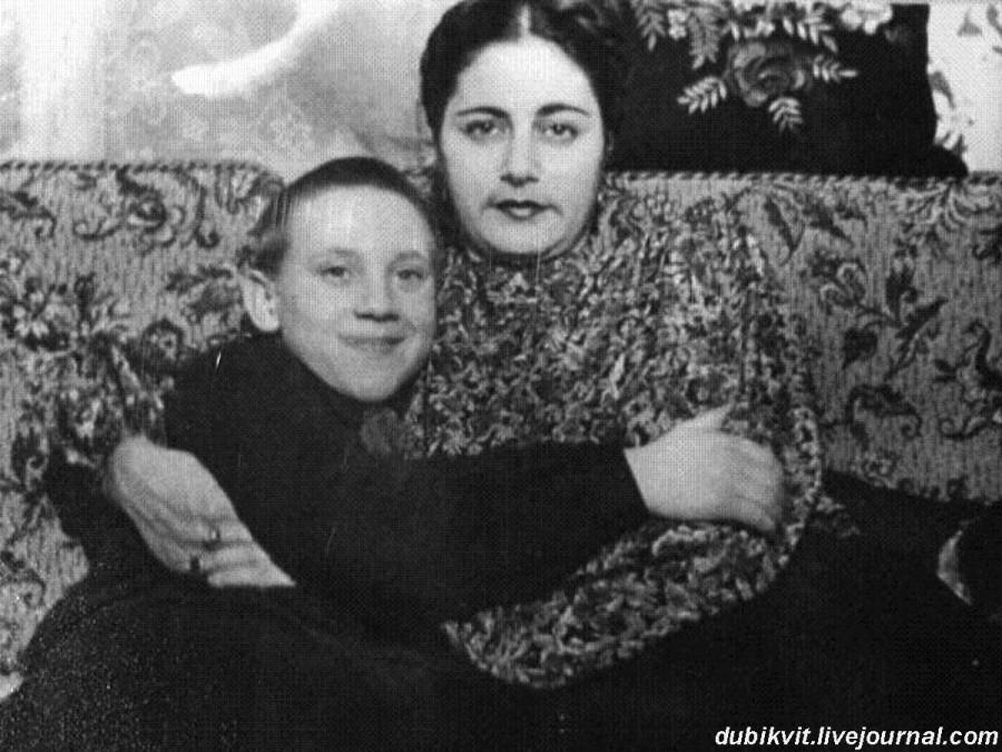 007 Евгения Степановна Лихолатова и Володя Высоцкий в квартире на Большом Каретном. Фото конца 1949 года