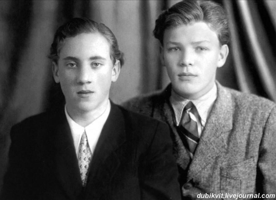 010 Владимир Высоцкий и школьный друг Владимир Акимов. Фото 1953 года