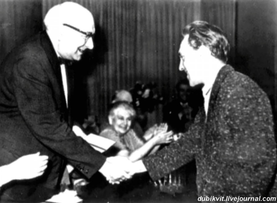 015 В.Л.Ершов (председатель экзаменационной комиссии школы-студии МХАТ) вручает диплом Высоцкому Владимиру. Фото 20 июня 1960 года