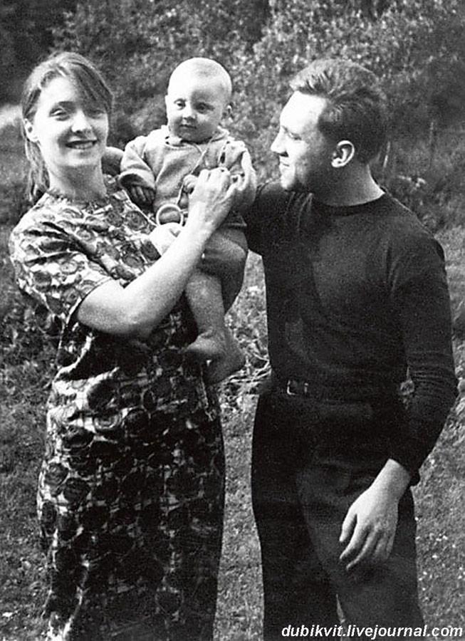 019 Владмир Высоцкий с Людмилой Абрамовой и сыном Аркадием. 1963 год